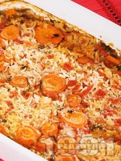 Обикновен печен бял ориз с моркови, домати и бяло вино в тава на фурна - снимка на рецептата